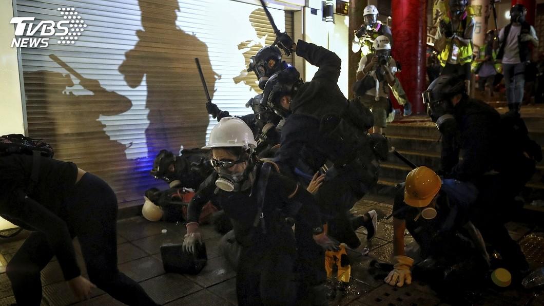 圖/達志影像美聯社 香港遊行爆激烈衝突 警方車站內無差別攻擊惹議