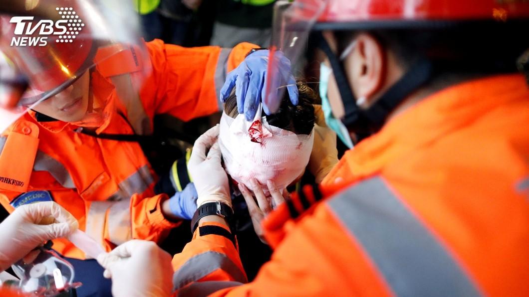 反送中示威者遭布袋彈擊中右眼,當場血流如注。圖/達志影像路透社 港警強勢驅離遊行 女示威者遭布袋彈擊中眼球爆裂