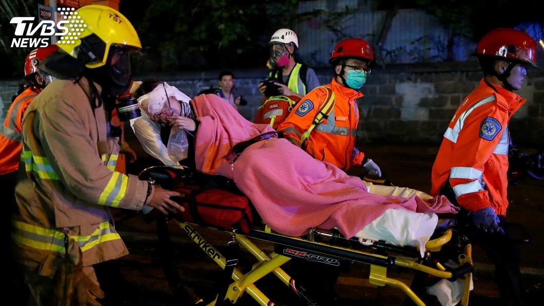 反送中示威者遭布袋彈擊中右眼,當場血流如注。圖/達志影像路透社