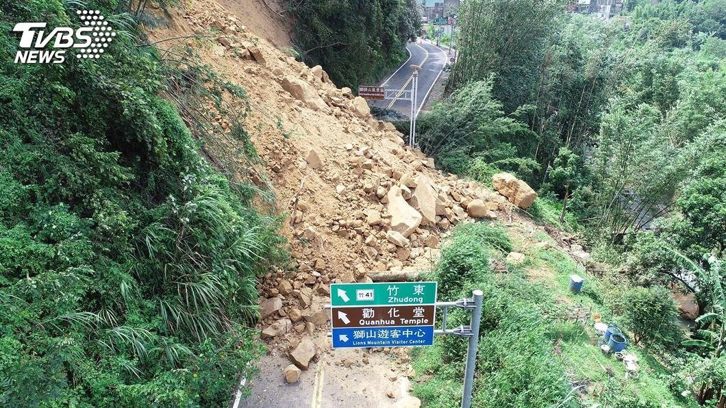 圖/中央社 苗124線大規模土石坍塌 縣府冒雨搶通