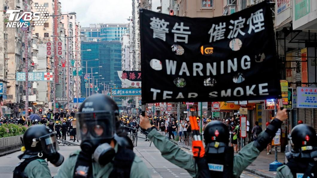 圖/達志影像路透社 港警地鐵站無差別施放催淚彈 人權團體強烈譴責