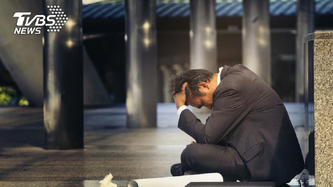 家中有長輩或親人過世,家人大都會情緒悲傷難過。(示意圖/TVBS) 請喪假忙嬤後事…訃聞還不夠 公司還要「這2樣」網氣炸