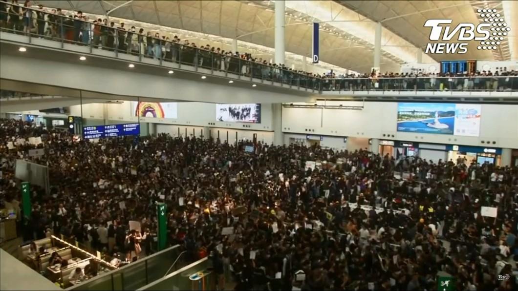 示威民眾塞爆香港機場。圖/TVBS 12日航班全取消! 反送中「警察還眼」民眾塞爆機場