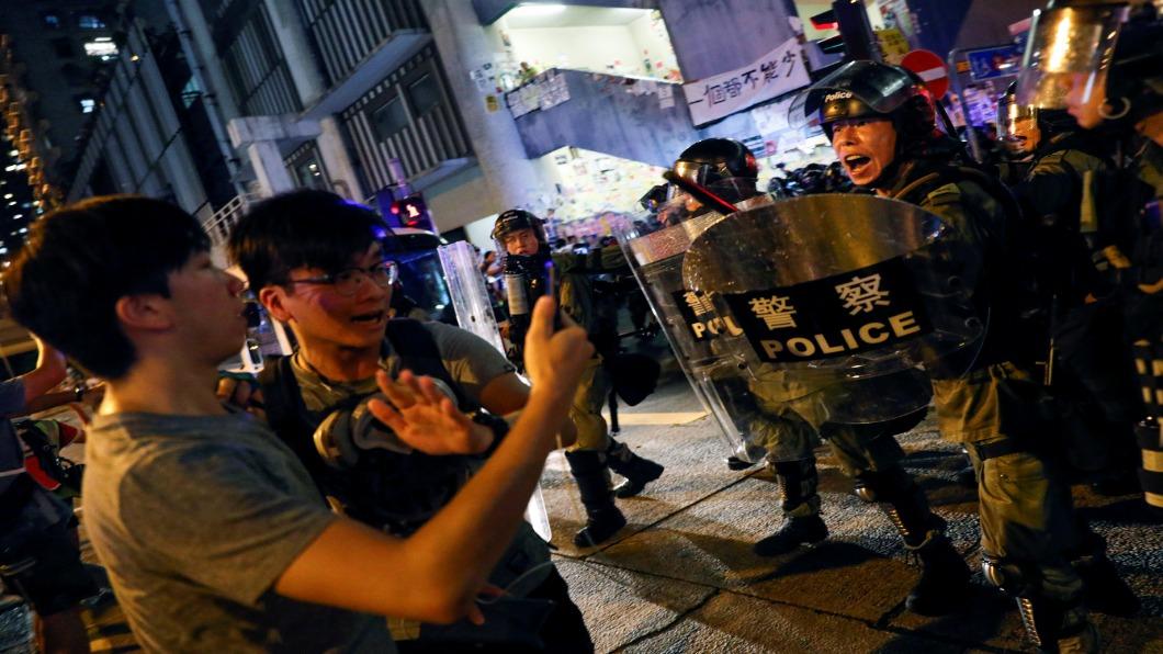 圖/達志影像路透 香港機場千人示威 抗議警扮黑衣人喊衝