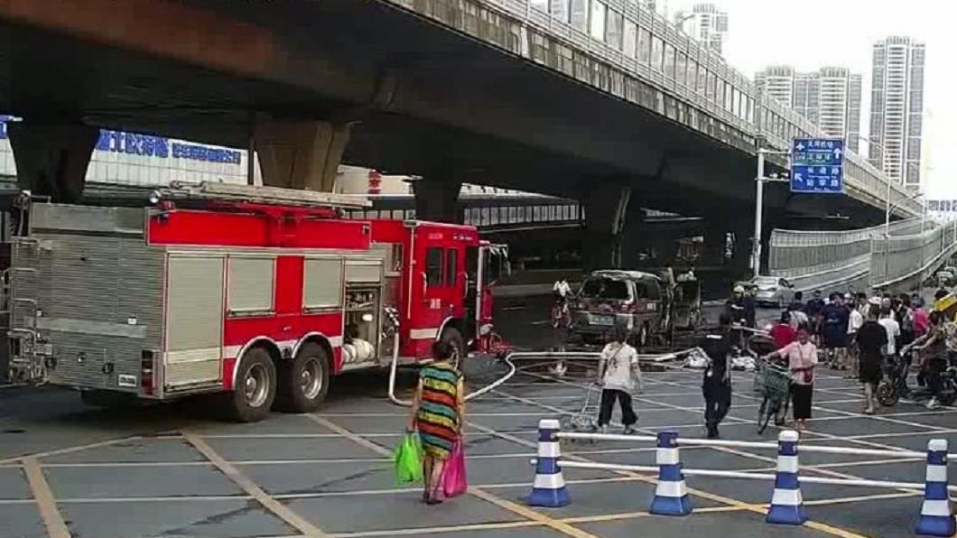 廂型車起火自燃,地點距離消防隊不到100公尺。圖/翻攝倍可親網站 要錢不要命!汽車自燃爆炸…她救花圈不救夫