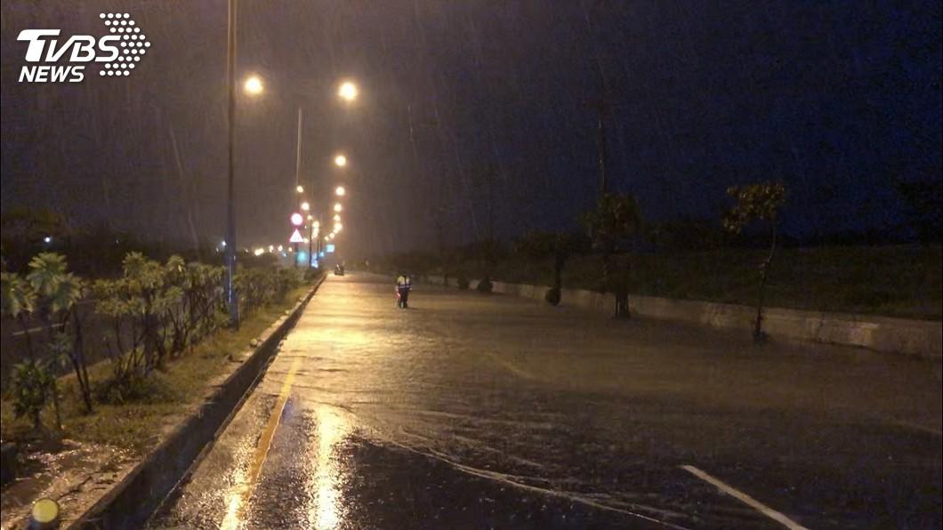 圖/中央社 高雄清晨強降雨 湖內淹水、彌陀停電