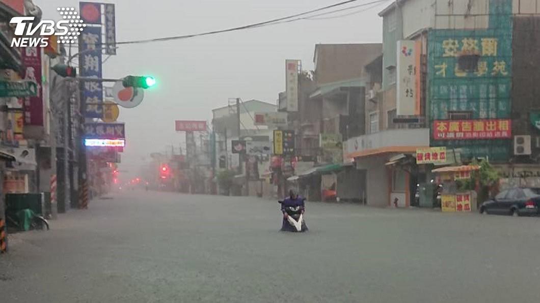 圖/中央社 一夜雷雨傳積淹水 台南緊急宣布停班停課