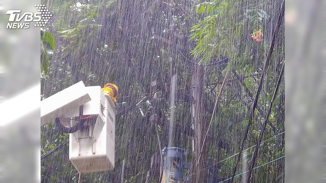 示意圖/中央社 高市大寮雷擊逾200戶停電 台電漏夜搶修