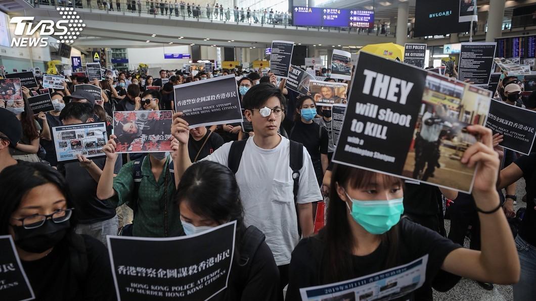 圖/中央社 聲援眼睛被打傷女子 抗議群眾塞爆香港機場