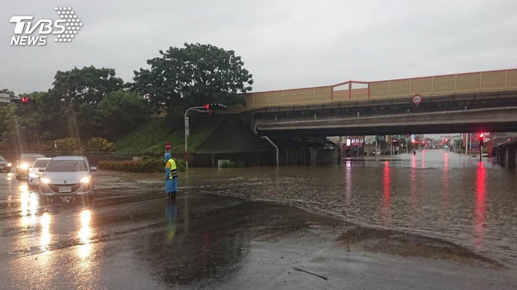圖/中央社 台南豪雨淹水50公分 老舊房屋滲水嚴重