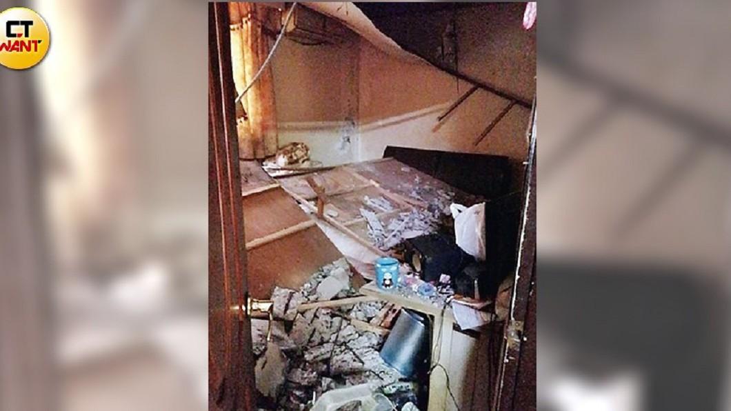 一位住戶家中天花板嚴重崩落、牆面倒塌,根本不能住人。(圖/CTWANT授權使用) 你敢住嗎?天花板崩落牆倒塌 一家剩客廳能睡