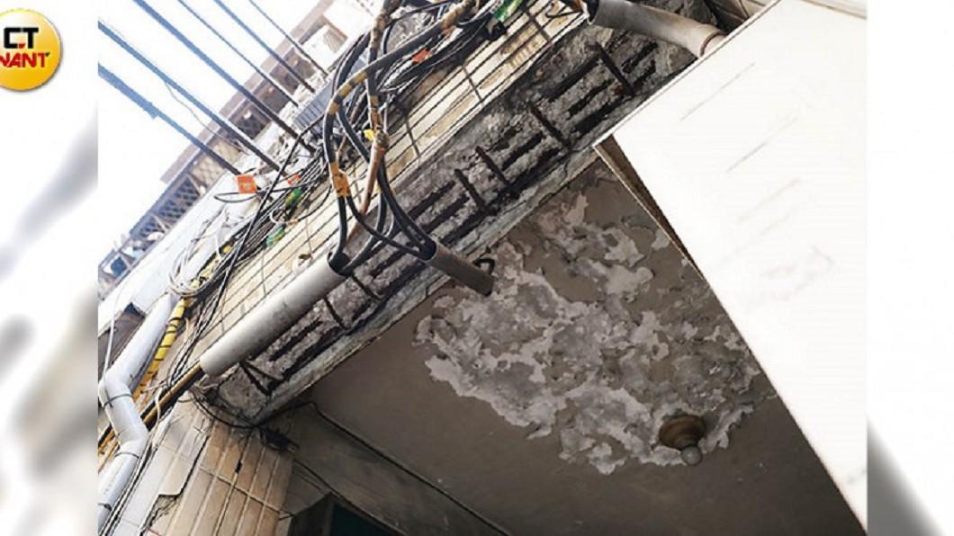 中園社區騎樓水泥嚴重剝落,造成建築主體鋼筋外露。(圖/CTWANT授權使用) 屋主惡意卡都更? 住戶戴安全帽度日