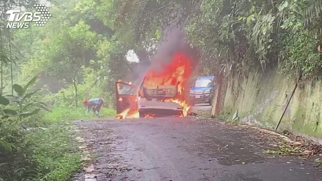圖/中央社 開到一半聞到燒焦味 苗栗休旅車突冒煙起火燃燒