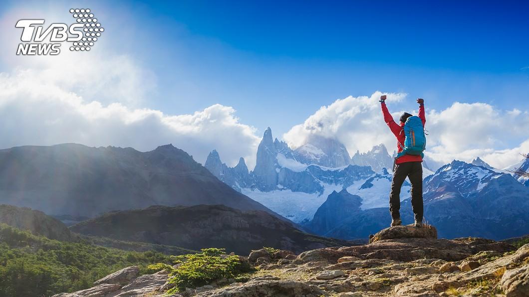 臺灣擁有豐富的山林景觀與資源,是國人的一大財富,民眾能藉由登山,享受山林之美。圖/TVBS 男大生快速攻頂喘不過氣 登山前「這5項」你做到了嗎