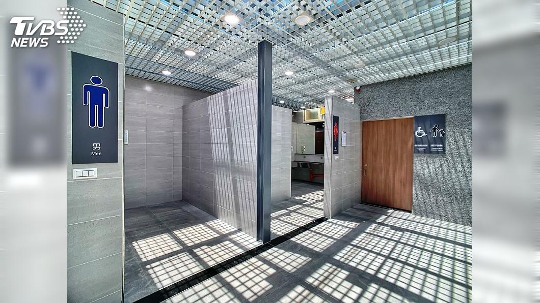 圖/中央社 新竹火車站新公廁更舒適 玻璃帷幕灑落一地光影