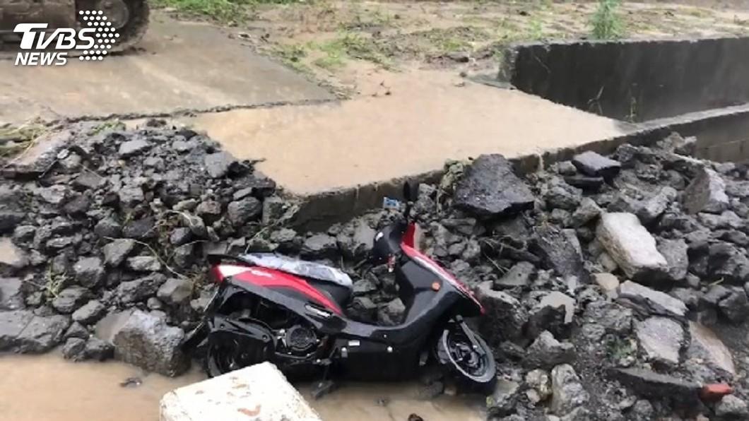 圖/TVBS 疑女騎士涉水滑倒跌落護堤 高市警消急搜救