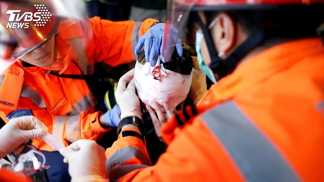 圖/達志影像路透社 香港黑衣女子眼睛受傷成焦點 肇因成羅生門