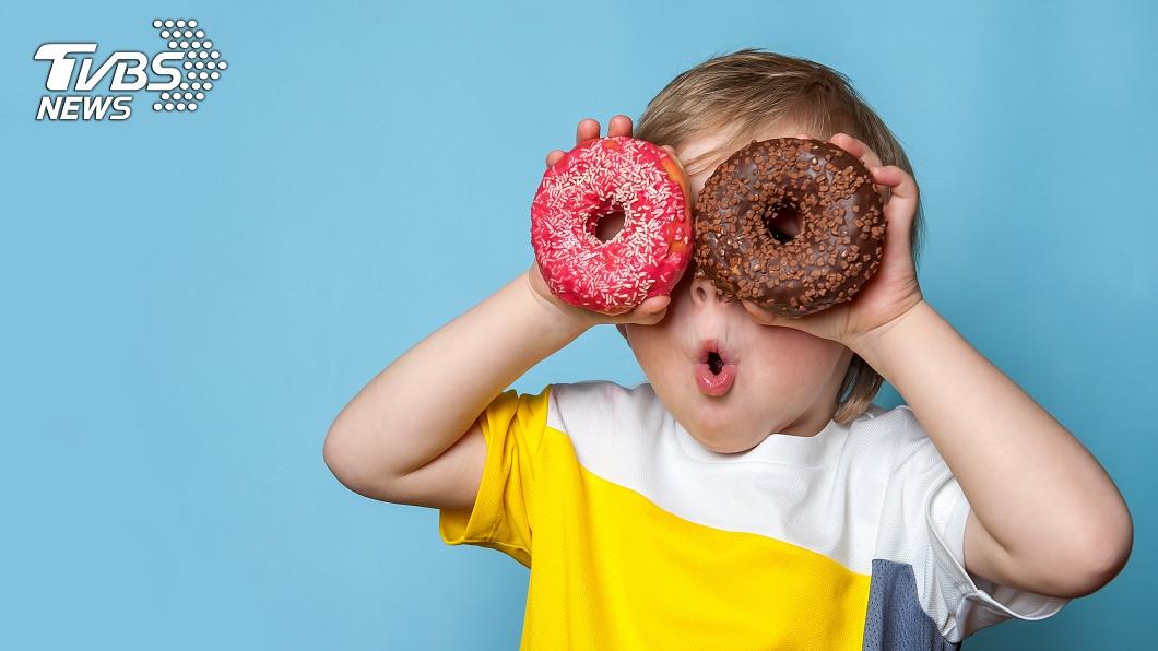 精緻澱粉、富含色素和食品添加物的食物,或是血糖起伏大的巧克力,都屬罹患ADHD孩子的食物禁忌。圖/TVBS 這些食物「被點名」增過動風險 甜食、點心麵也上榜