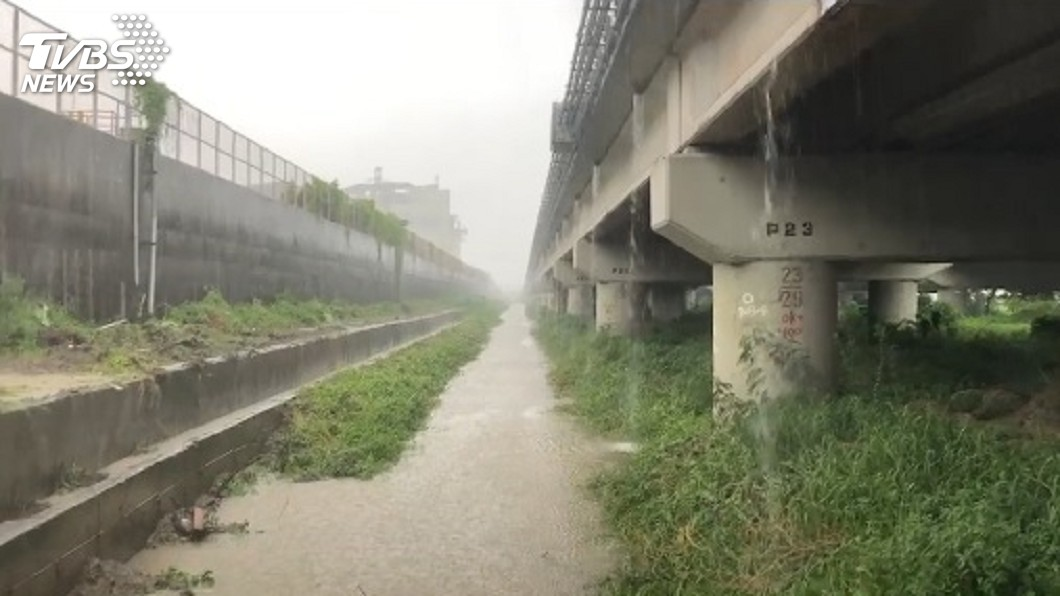 圖/TVBS 疑涉水滑倒落水 警消尋獲女騎士遺體報相驗