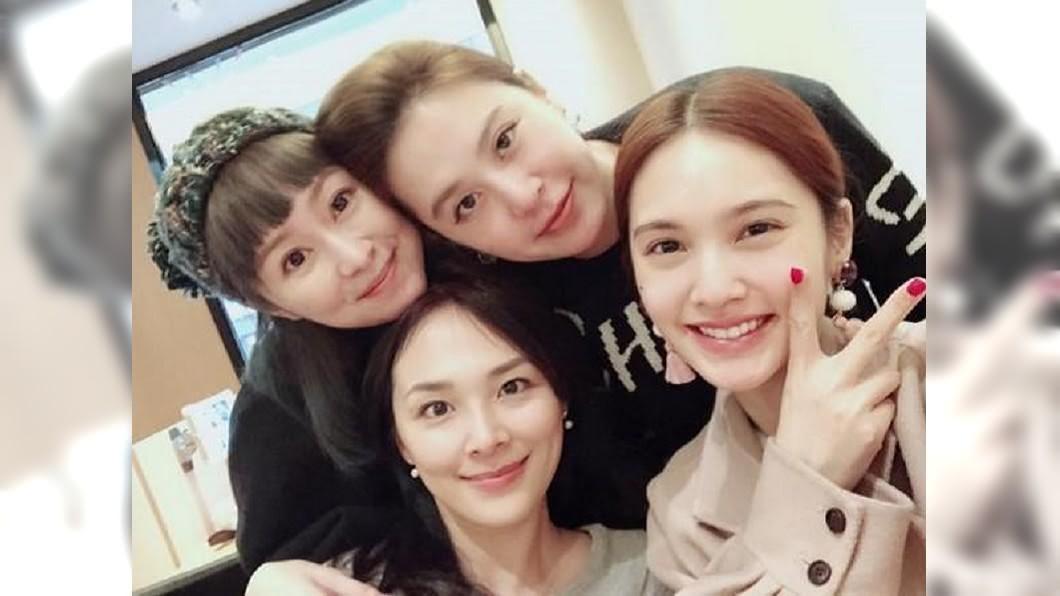 女團「4 In Love」楊丞琳(前排右)、冷嘉琳(前排左)、黃小柔(後排右)、 張棋惠(後排左)。圖/翻攝自楊丞琳臉書