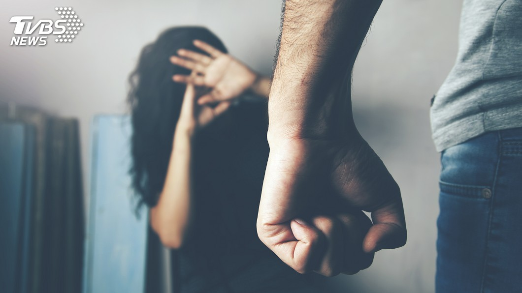 男子懷疑同居女友劈腿還誆稱懷孕,竟聯手女性友人對她施暴凌虐囚禁42小時。(示意圖/TVBS) 女友承認劈腿誆懷孕 男聯手友對她酷刑囚禁42小時