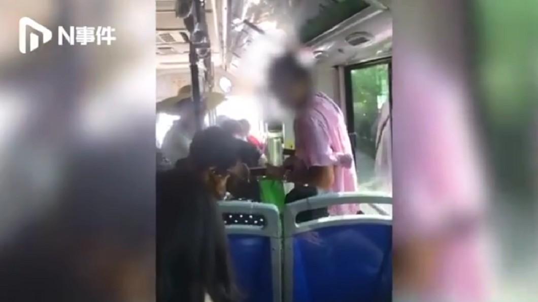 公車上擠滿了人。圖/翻攝自微博 沒人讓座直接坐「男童腿上」 大媽嗆:小孩可以站著