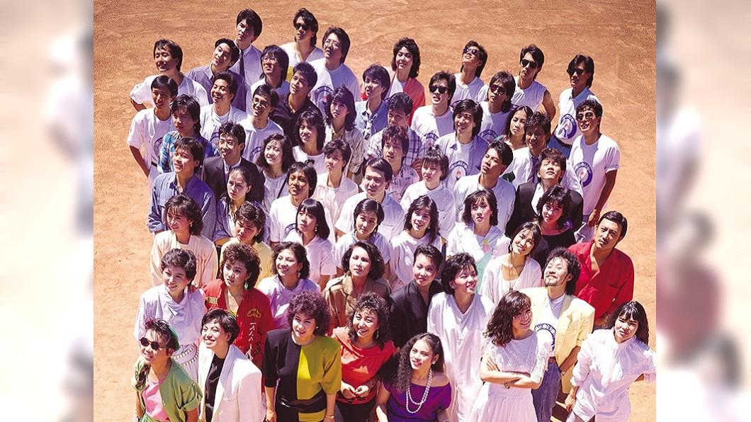 《明天會更好》的群星合照,於當時的台北市立棒球場所拍下的。圖/翻攝自杜達雄個人臉書專頁 《明天會更好》群星經典合照釋出 你認得出他們嗎?