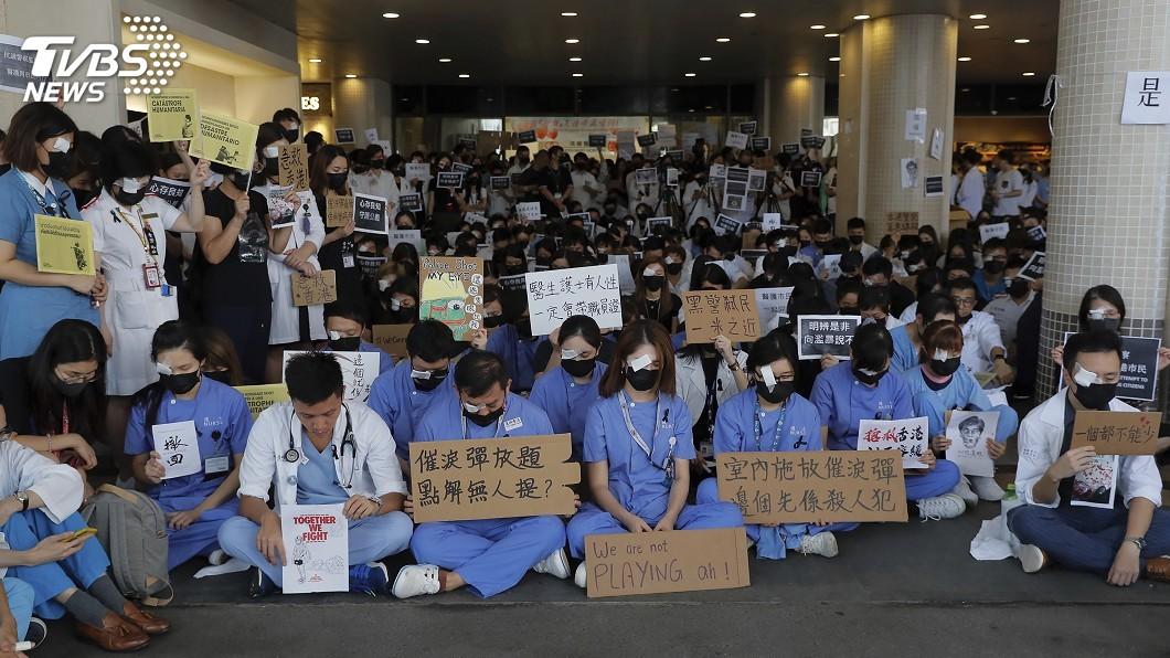 圖/達志影像美聯社 香港醫護批警察暴力 13間公立醫院靜坐抗議