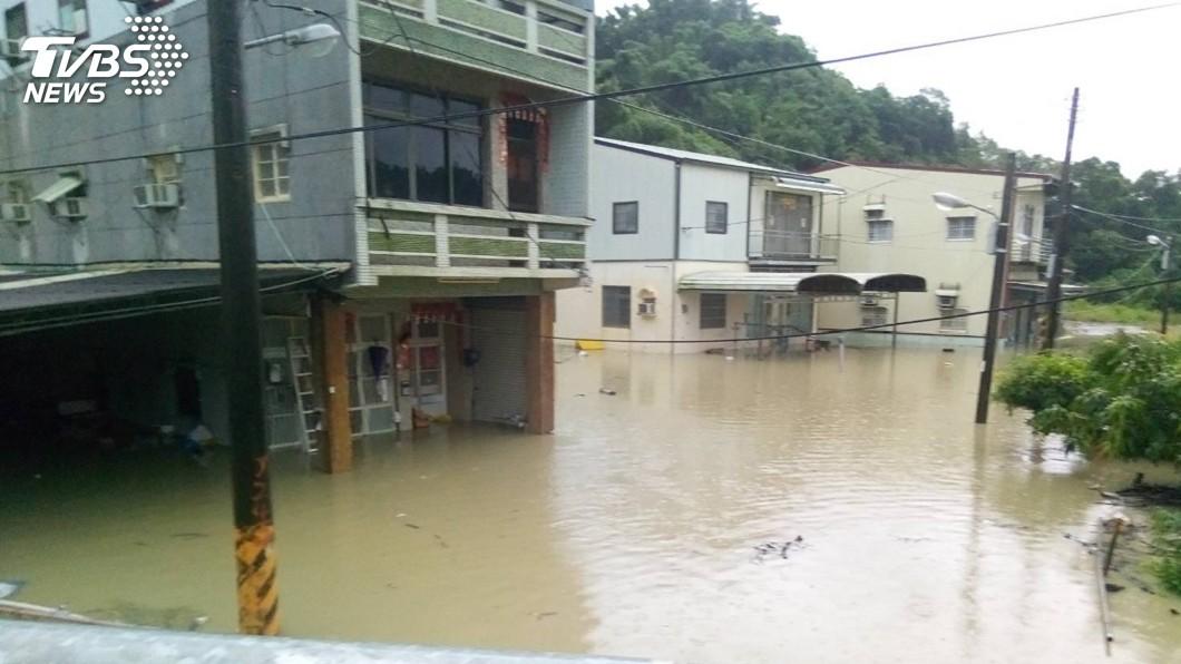 圖/中央社 大雨下不停! 高市田寮民宅進水約一米深
