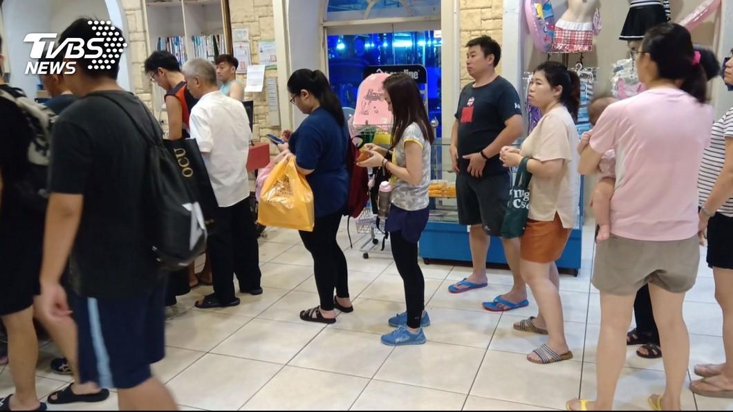 圖/TVBS 運動會館PO文3天停業 百人排隊急退費
