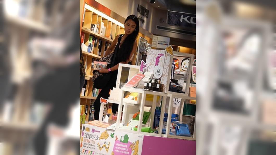 七夕當天,王麗雅上完瑜珈課後,先到書店挑選可愛文具貼紙,頗有少女心。圖/CTWANT提供