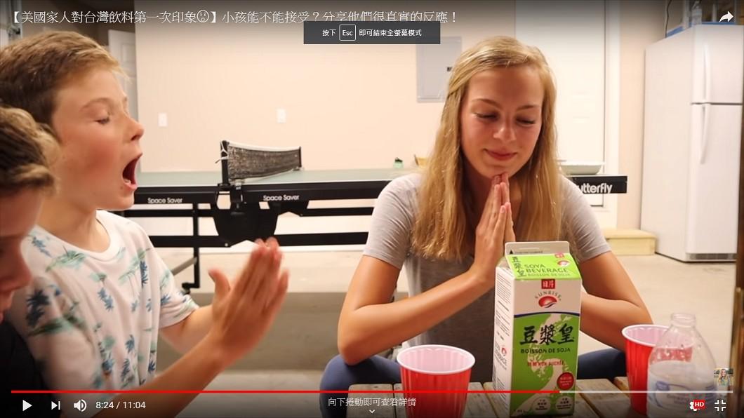 Hailey怕小孩子不能接受無糖豆漿,因此要大家先禱告、做好準備。圖/翻攝自莫彩曦Hailey個人youtube