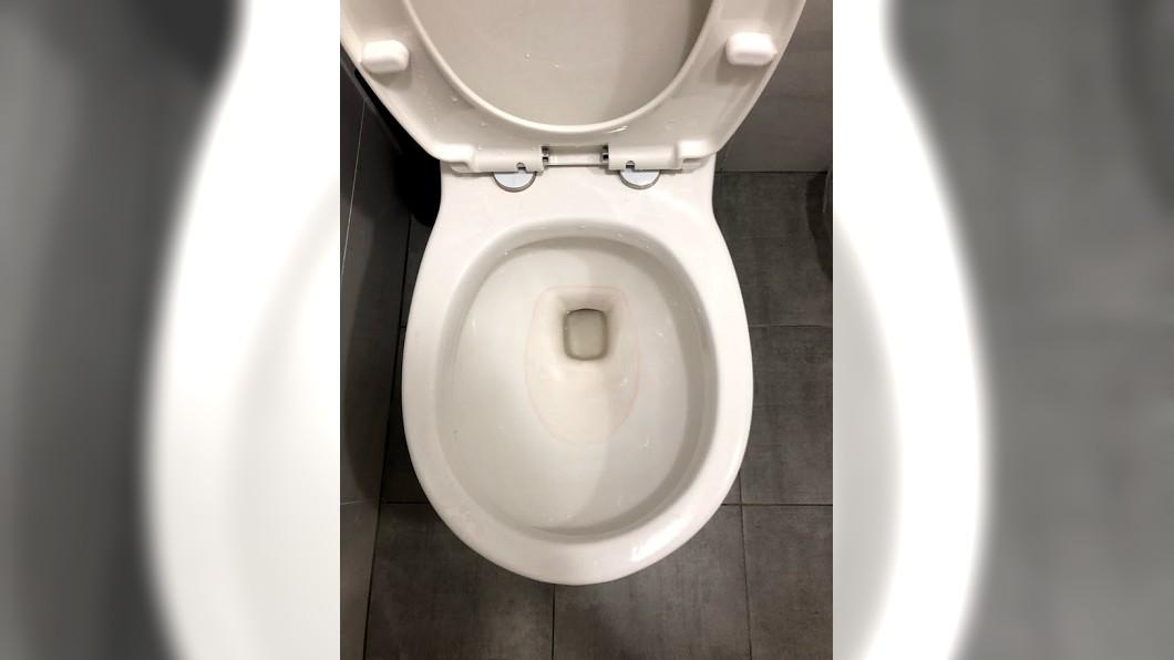 有網友發問新裝潢後的浴室馬桶內,時常出現不明的紅色污漬。(圖/翻攝自mobile 01) 浴室裝潢好驚見「紅色污漬」 達人神解網:長知識了