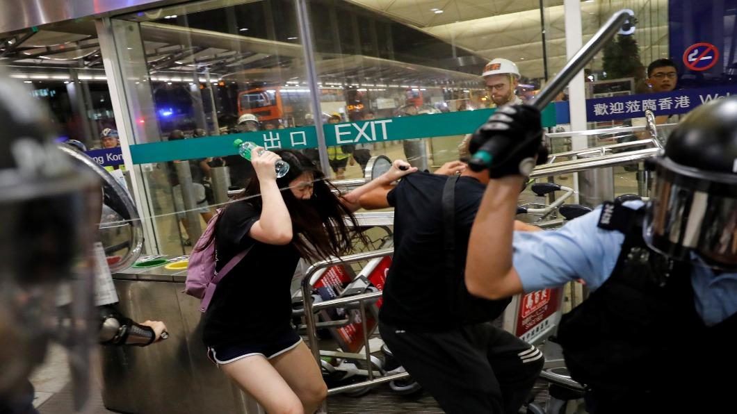圖/達志影像路透 臨時禁令生效 港機場擴大指定區禁示威