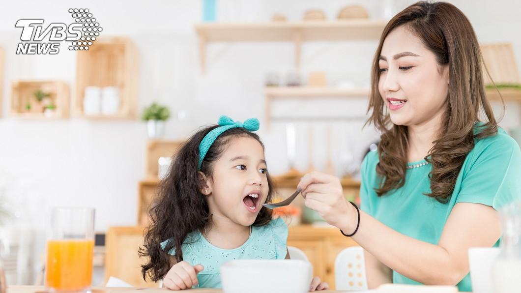 圖/TVBS示意圖,非當事人 女童腹絞痛冒冷汗 竟是媽媽餵飯「吹涼」害的