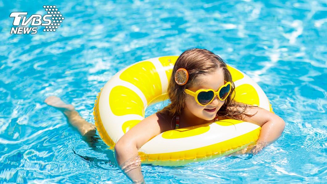 女童到泳池游泳後突然莫名流鼻血。示意圖/TVBS 9歲童狂流鼻血散發死老鼠味!竟是巨大水蛭藏鼻腔