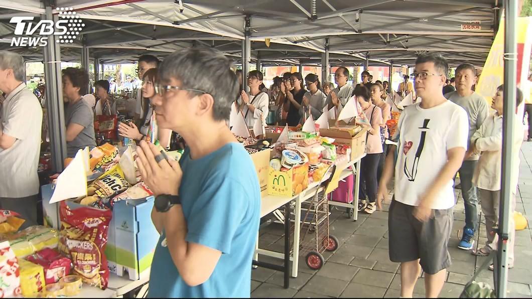 台灣傳統習俗需要祭拜許多貢品。(圖/TVBS) 供品選錯下場慘?拜番茄遭親戚飆罵 內行人曝關鍵原因
