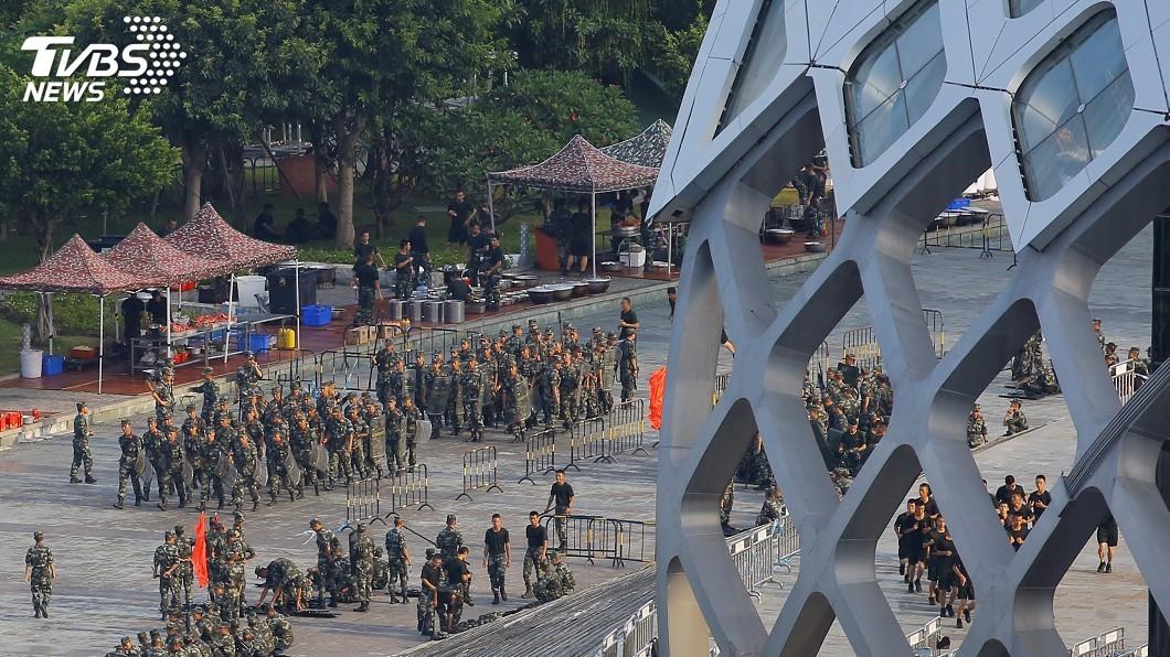 圖/達志影像路透社 「十分鐘可攻香港」 陸500裝甲車深圳集結