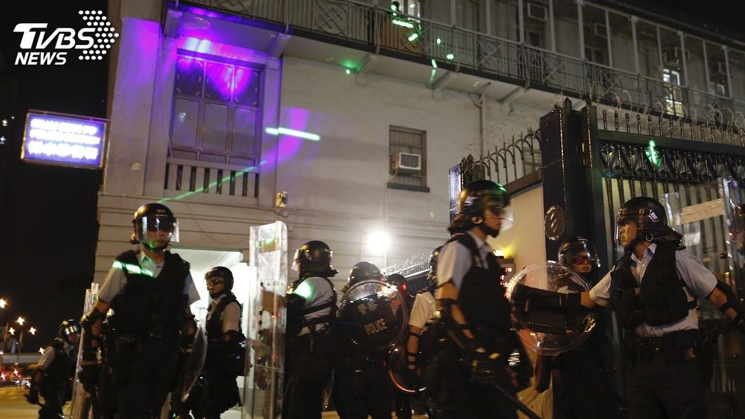 圖/達志影像美聯社 港民燒紙錢「驅魔除惡」 雷射筆照警署抗議