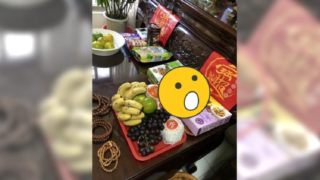 原PO分享中元普渡祭拜的祭品。圖/翻攝自爆笑公社臉書 他分享普渡供品照 網驚:這盒拿錯了啦!