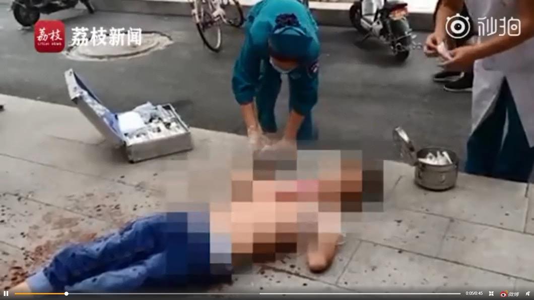 醫護人員到場時,男子已無生命跡象。圖/翻攝荔枝視頻