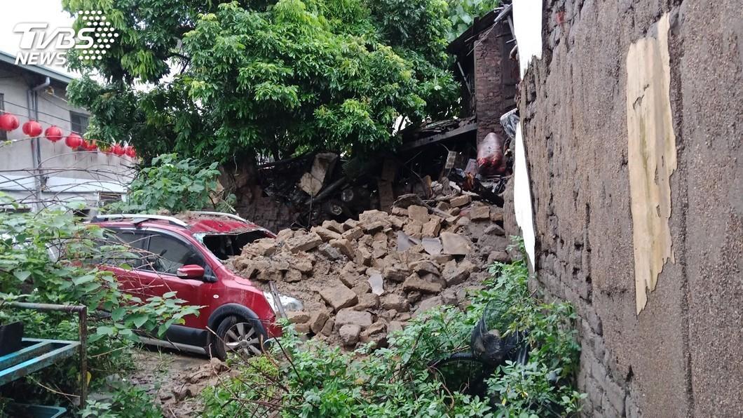 圖/中央社 平房疑因大雨地震倒塌 獨居婦就醫躲過一劫