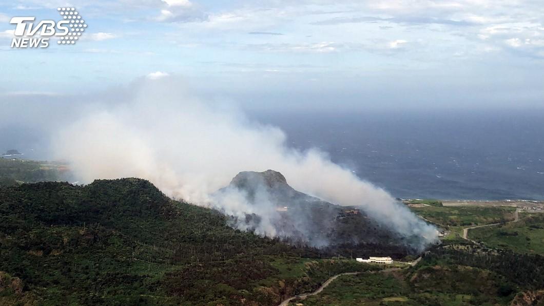 圖/中央社 黑鷹直升機空中壓制 綠島大火滅計燒毀28公頃