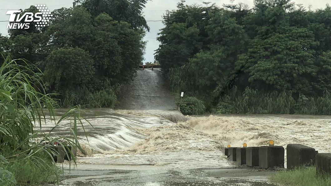民雄鄉山中村牛稠溪段因地勢低窪,水位上升,浮水橋暫時封閉。圖/中央社