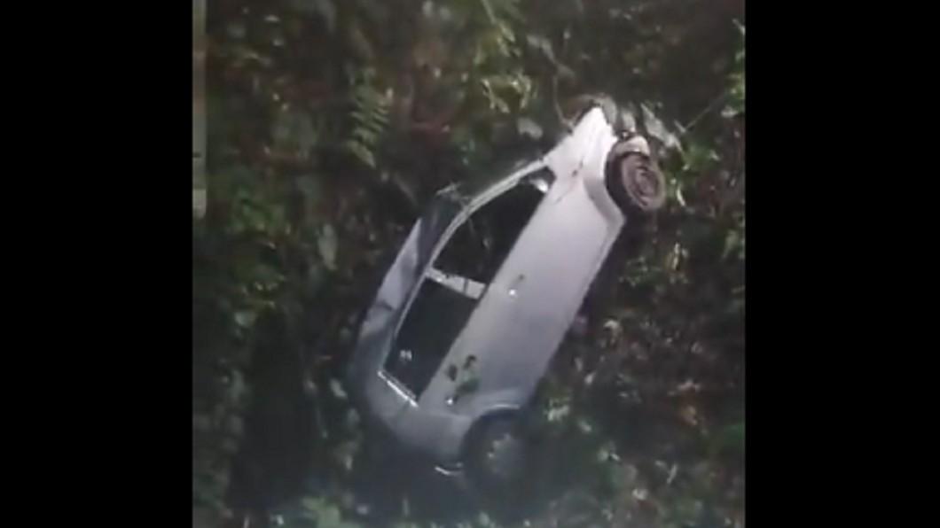 男網友分享影片。圖/翻攝自Twitter 詭!車墜山溝吊出 他驚見後座「神秘白手」伸出