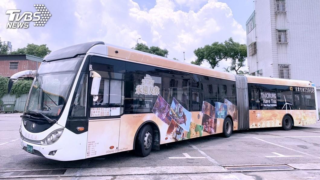 圖/中央社 台中市首輛「迪士尼彩繪公車」 週末快閃現身