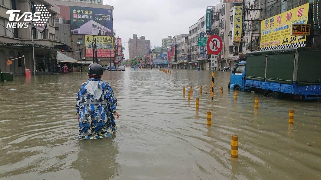 圖/中央社資料畫面 台南豪雨多處淹水 黃偉哲:人為工程有其極限