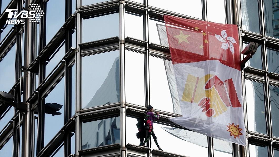 圖/達志影像路透社 「法國蜘蛛人」攀香港高樓掛布條 籲港府和民眾協商
