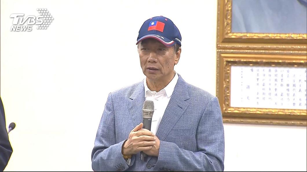 圖/TVBS 拜會塔羅牌名人 郭台銘幕僚:無關預測大選結果