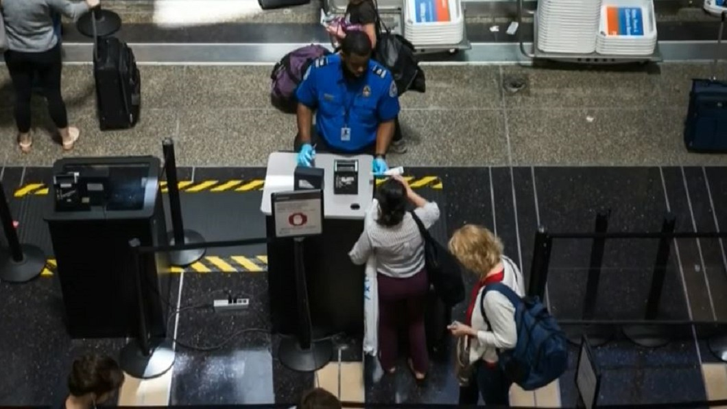 圖/轉攝自NBC New York YouTube 全美機場電腦大當機! 旅客排隊乾等「累到躺地」